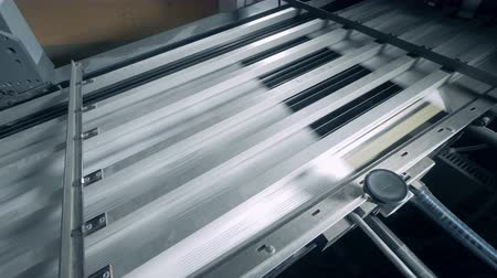 パブリッシュ : Printing conveyor belt with white paper moving under