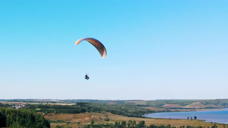 szybowiec : Tandem flight on the paraglider above the fields Wideo
