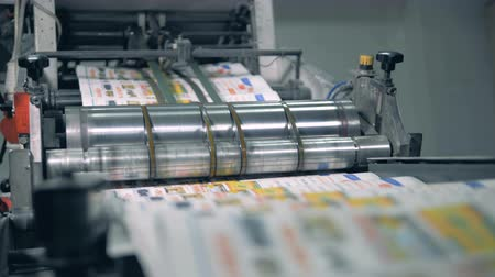 fotokopi makinesi : Many newspapers moving on typographic conveyor with a roller. Stok Video