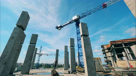 taş işçiliği : Fast motion of the crane moving at the building site with people Stok Video