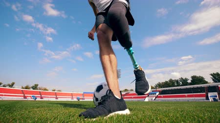드리블 : Football, soccer practice of a man with a bionic leg