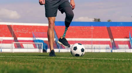 desvantagem : Paralympian with a bionic leg is playing football, soccer