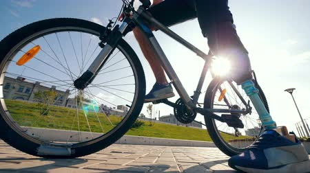 desvantagem : Bike ride is getting started by a man with a bionic leg Vídeos