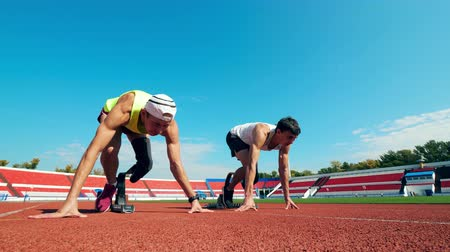 desvantagem : Start of a race between two paralympic runners