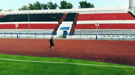 desvantagem : A man with a bionic leg is walking along the stadium