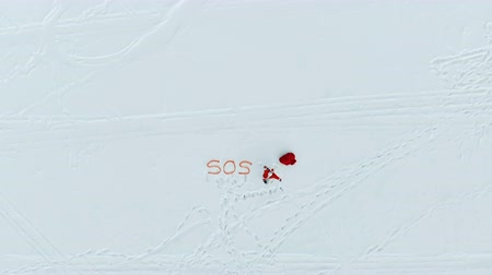 sós : Zoom-in of Santa Claus calling for help in the snow