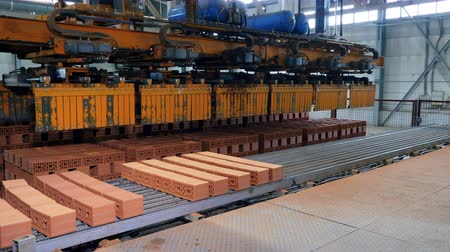 anlagen : Factory machine moves stacks of bricks while working in a facility. Videos