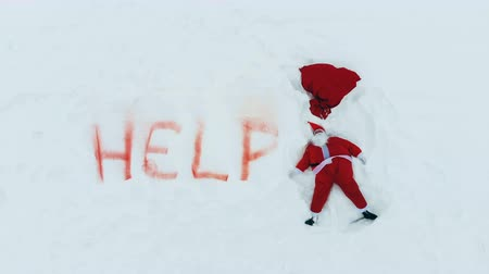 záradék : Snow angel is being made by Santa Claus in distress