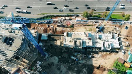 posizionamento : Top view of the building site with machinery and houses