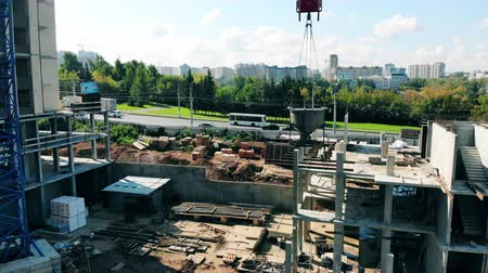 posizionamento : Urban construction site with a motorway near it Filmati Stock