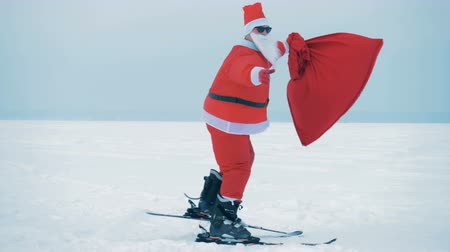 trenó : Santa Claus in sunglasses is skiing across the snow