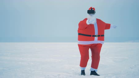 Санта : Santa Claus is moving chaotically in his VR-glasses Стоковые видеозаписи