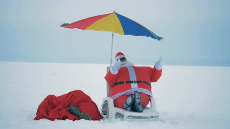 parasol plage : Santa Claus is lying in a deck-chair and enjoying himself