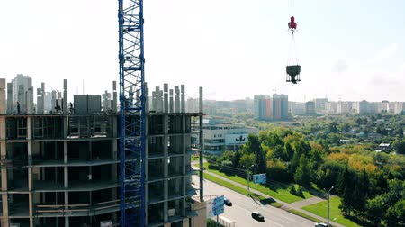 szállás : Concrete building is being constructed in the city