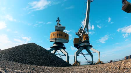 minério : Transportation of gravel held by a loading vehicle