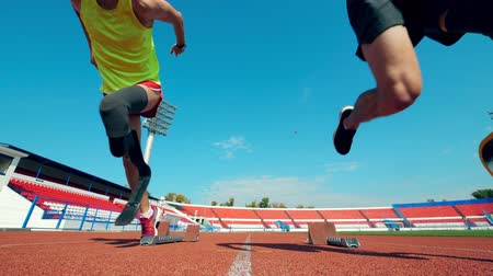 stadion : Sportsmen with artificial legs start running