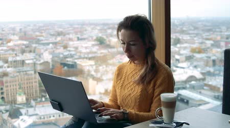 gerir : Urban view with a young freelancer, woman operating a laptop Vídeos