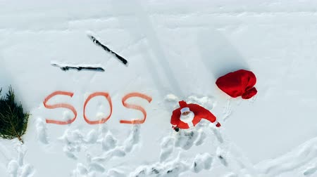 sos : Crying for help of Santa Claus stranded in a snowy field Stok Video