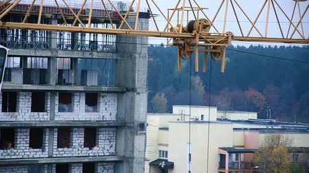 épít : The work of a crane at a construction site
