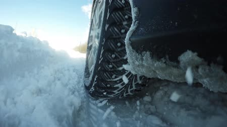 deslizamento : The machine is moving in a difficult terrain. All in the snow, SUV in harsh conditions Vídeos