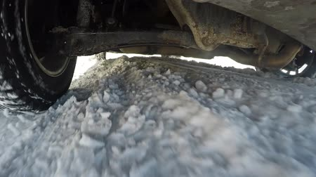 raflar : The car is driving on a snow-covered road. Poor traffic conditions. 67. Stok Video