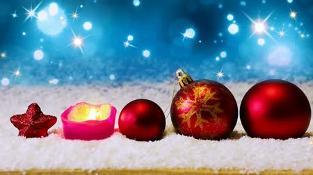 пламя : Red christmas balls isolated .Christmas decoration and snow background.Red Christmas decoration isolated on blue background. Christmas decoration and advent candle.White snow.