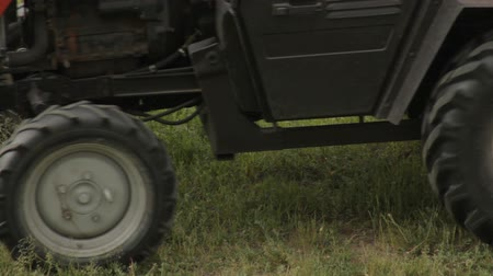 színezett : Old tractor mowing the grass, close-up
