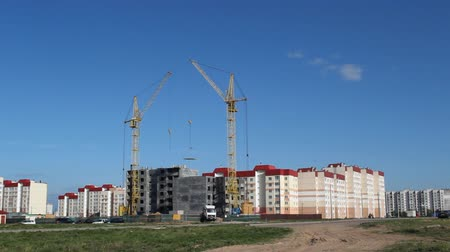blok mieszkalny : Construction of a residential house, a tower crane lifts the slab