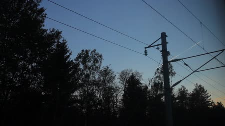 vagão : View from the train window, high-voltage wires, airplane flying in the sky