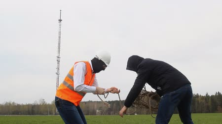 telefonkagyló : Two men with a rope are preparing to steal in the background of a telephone tower, a spy, theft, two people, a worker and a boss