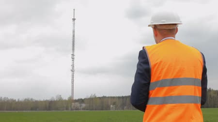 legfőbb : the inspector writes notes on the telephone tower Stock mozgókép