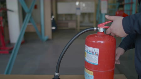 carbon dioxide : Instructor teaches the use of a fire extinguisher