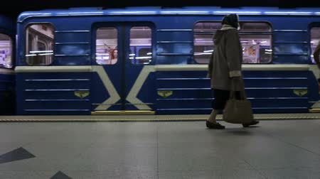 mind the gap : Metro train arrive at subway station and departures, timelapse