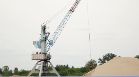 dredging : Extraction of river sand by a port crane, production Stock Footage