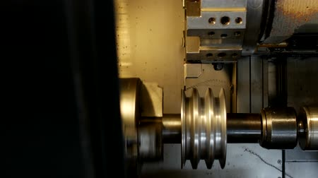 braçadeira : CNC lathe pulls out part of metal workpiece pulley, modern lathe for metal processing, close-up, engineering