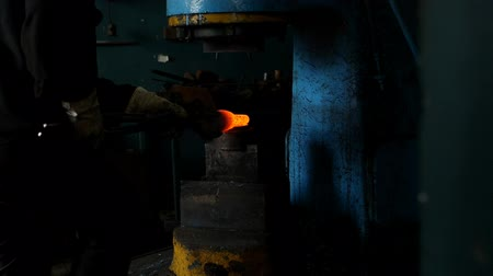demirci : Forge, production of heat treatment and forging of metal parts, factory, close-up, slow-mo, forge Stok Video