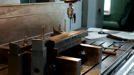 riparatore : The drilling machine drills an opening in a metal workpiece, the manufacture of parts and assemblies, production and industry, machine-tool