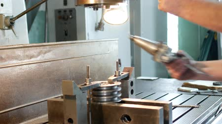 kütük : The man specialist checks the measuring tool with the size of drilling a metal pulley and inserts a drill into a drilling machine, individual entrepreneur
