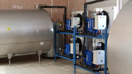 refrigeração : Equipment on the farm for processing, storing and cooling cows milk, producing cows milk, storage tank for cow milk