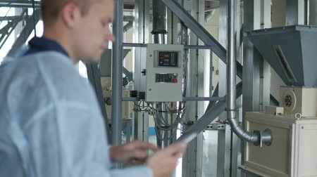 operators : process engineer enters data or indexes into smartphone, modern enterprise