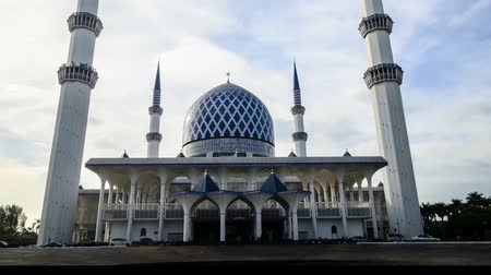 abdul : 4K 2160p Hyperlapse of The Sultan Salahuddin Abdul Aziz Shah Mosque, Shah Alam also known as the Blue Mosque.Motion Blur effect added with soft focus. Shallow DOF.