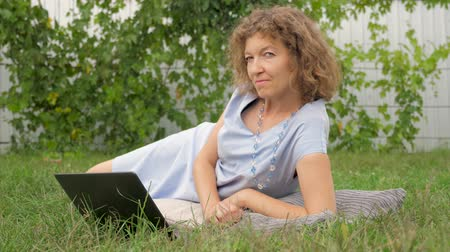 легкий : Business lady background. Office life outdoor. Working with notebook in the garden. Стоковые видеозаписи