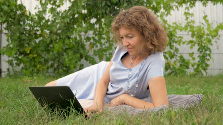 легкий : Successful management concept. Young woman with notebook working outdoor. Стоковые видеозаписи