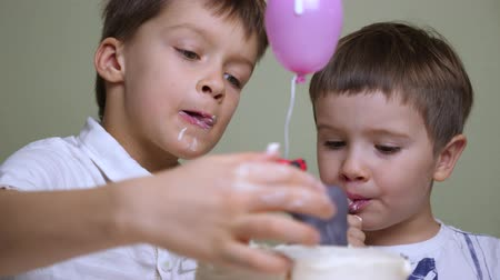 saborear : Delicious cake background. Children eating tasty cake with hands. Vídeos
