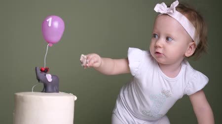 balão : Birthday cake concept. Exclusive birthday cakes. The concept of a childrens holiday. Stock Footage