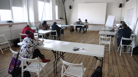 téma : Professor taking exam. Modern classroom. Lecturing hall background. Media school, private school concept. Lecturing process. Students having exam, seminar. Forum. Animation school Workshop studio idea Dostupné videozáznamy
