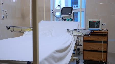 painless : Postoperative ward in the clinic. White sheet on the hospital bed in empty room. Burn center. Postoperative room. Ward for preparing a patient for surgery.