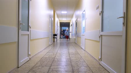 hospitalisation : Hospitalization of patients with body burns. Clinic corridor with patients. Body burns patients at medical facility.
