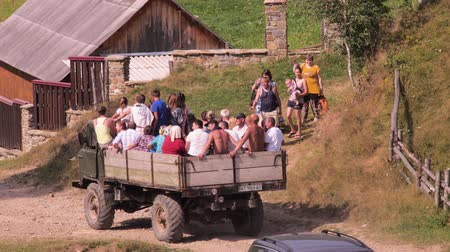 езда с недозволенной скоростью : Unauthorized carriage background. Group of people transporting in the truck. Lots of people in car basket. Lorry car transporting people. Villagers going to celebration. Celebration in the village. Стоковые видеозаписи