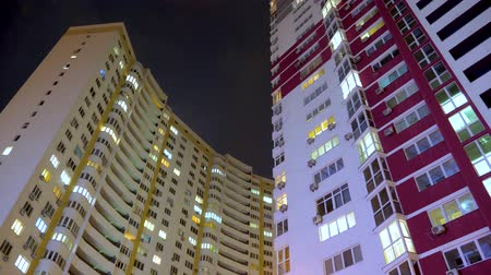 consumo : Light in the windows of housings. Turns on and off the light in the windows of houses. Lights of the night city. Time lapse. Business center outdoor